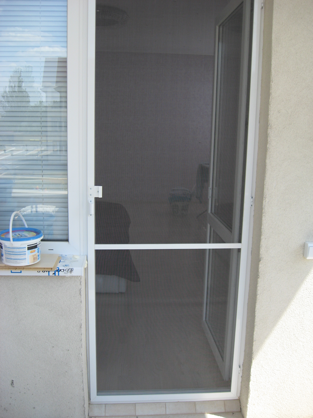 Маскитная сетка на магнитах на балконную дверь.